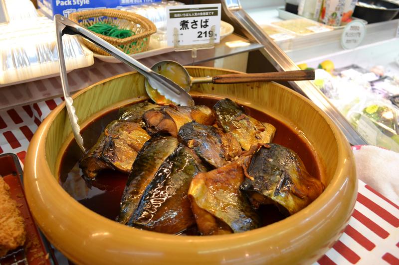1年に1万切れも売れるという惣菜売り場のエース「煮サバ」。
