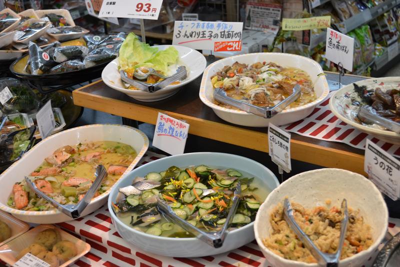 好きなメニューをパックに詰める「お惣菜バイキング」(100g=160円)も人気です。