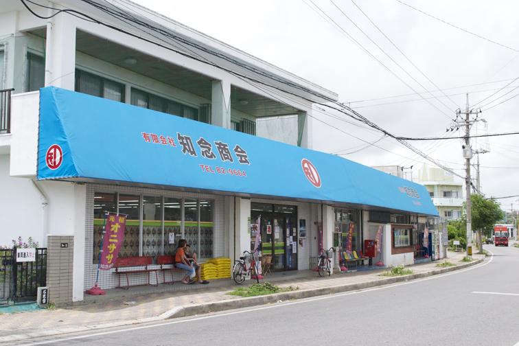 昔ながらの商店という趣き。お店の外にあるベンチは、島民の憩いのスペースに。