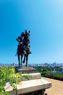 遠く仙台市街を見詰める伊達政宗像