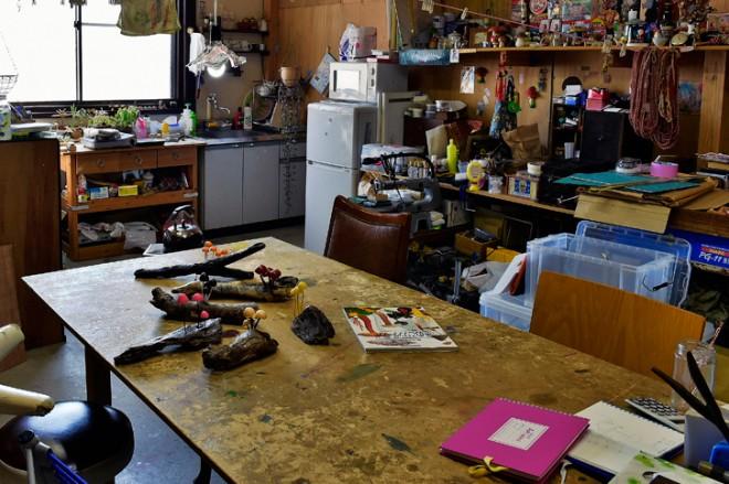3人が掛けてもなお広々と使える作業台。(撮影場所4)
