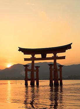 夕暮れに浮かび上がる嚴島神社の大鳥居