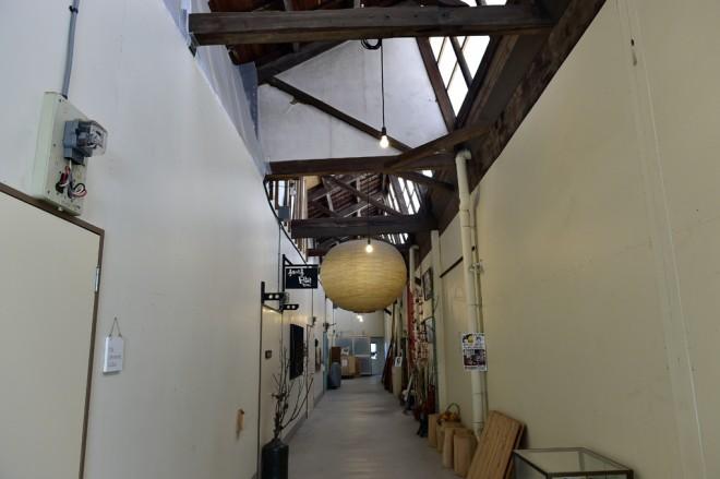 「さくらファクトリー」の内部。各扉(写真左)の向こうは個室になっています。(撮影場所1)
