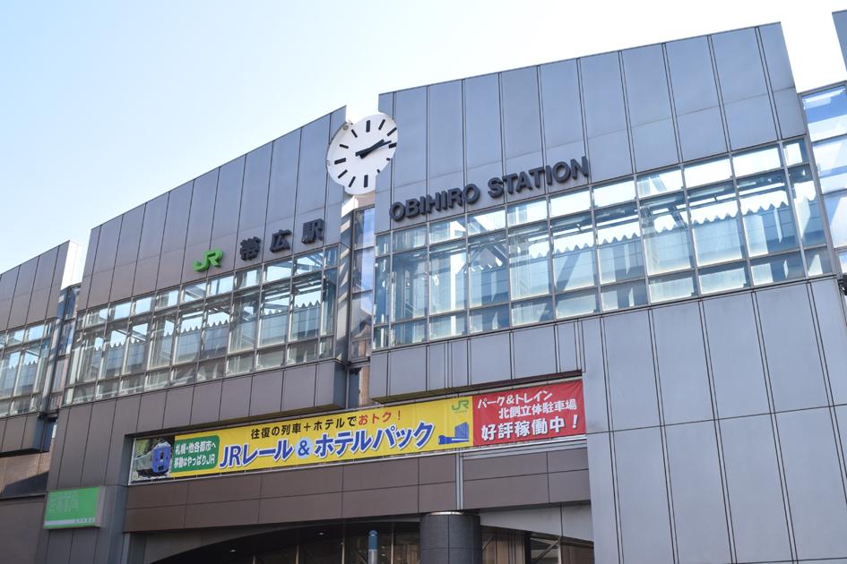 街の中心、帯広駅。コミュニティスペースも兼ねており、市民の憩いの場となっています。