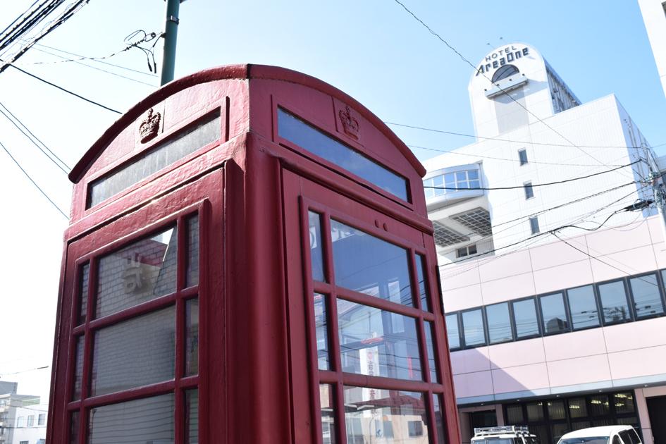レトロな英国式の公衆電話。街中ではちょくちょく欧米風の装飾品や建物に出会います。