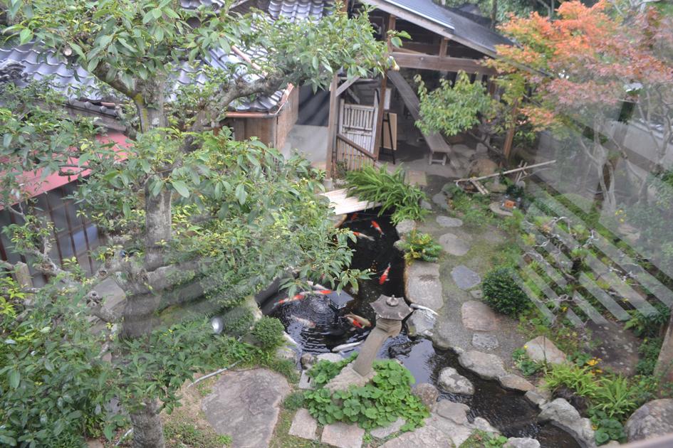 店内からは庭園を望むことができます。