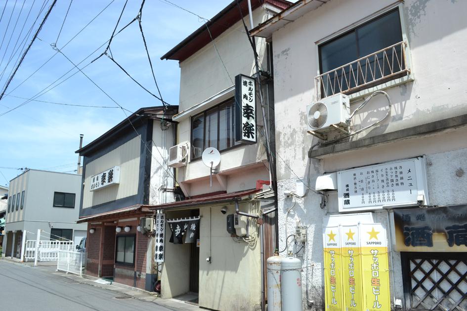 お店は鹿角花輪駅から徒歩でおよそ3分。向かいにはホテルがあり、観光客も多く訪れます。