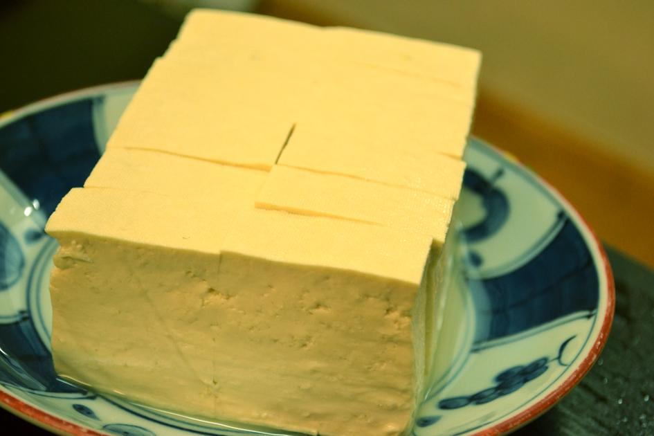 どっしりとした絹ごし豆腐が、カットされて12個。
