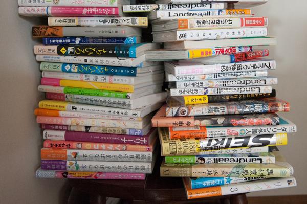 椅子の上に積まれた本たち。