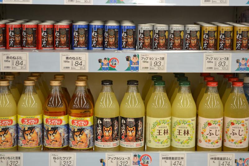 棚には20種を超えるリンゴジュースが並びます。