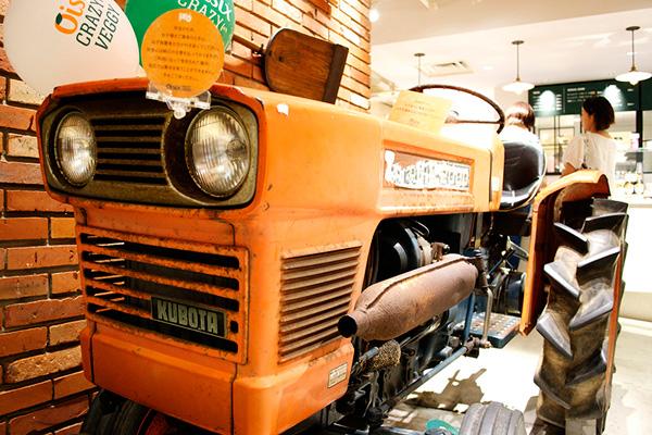 農家で使われていた本物のトラクター。試乗OK。