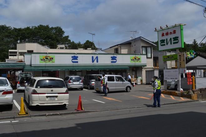 個人経営のスーパーですが、駐車場には何と警備員さんが二人も。平日の昼間なのに、この日は満車になっていました。