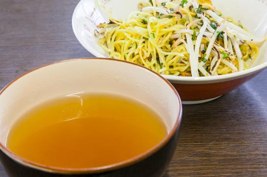 常連からはソースやこしょうだけでなく、100円でもらえるスープでつけ麺風にして食べるのも人気だとか。