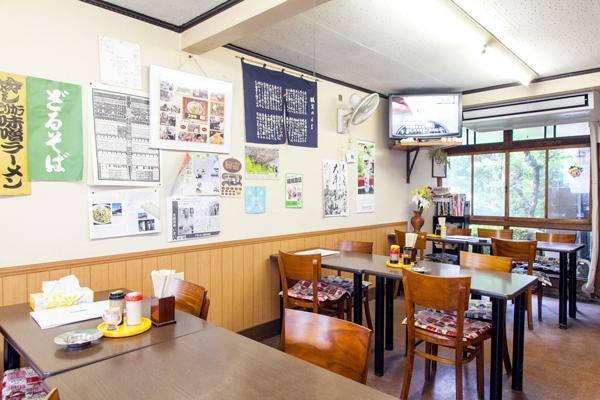店内は、昔ながらの食堂といった感じの落ち着ける雰囲気。