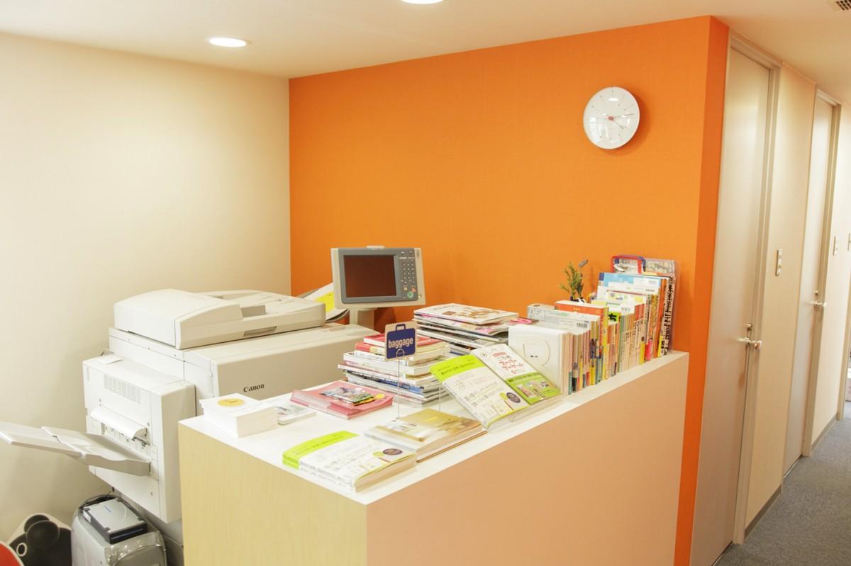 事務所のエントランス。著作がズラリと並べられています。(撮影場所3)