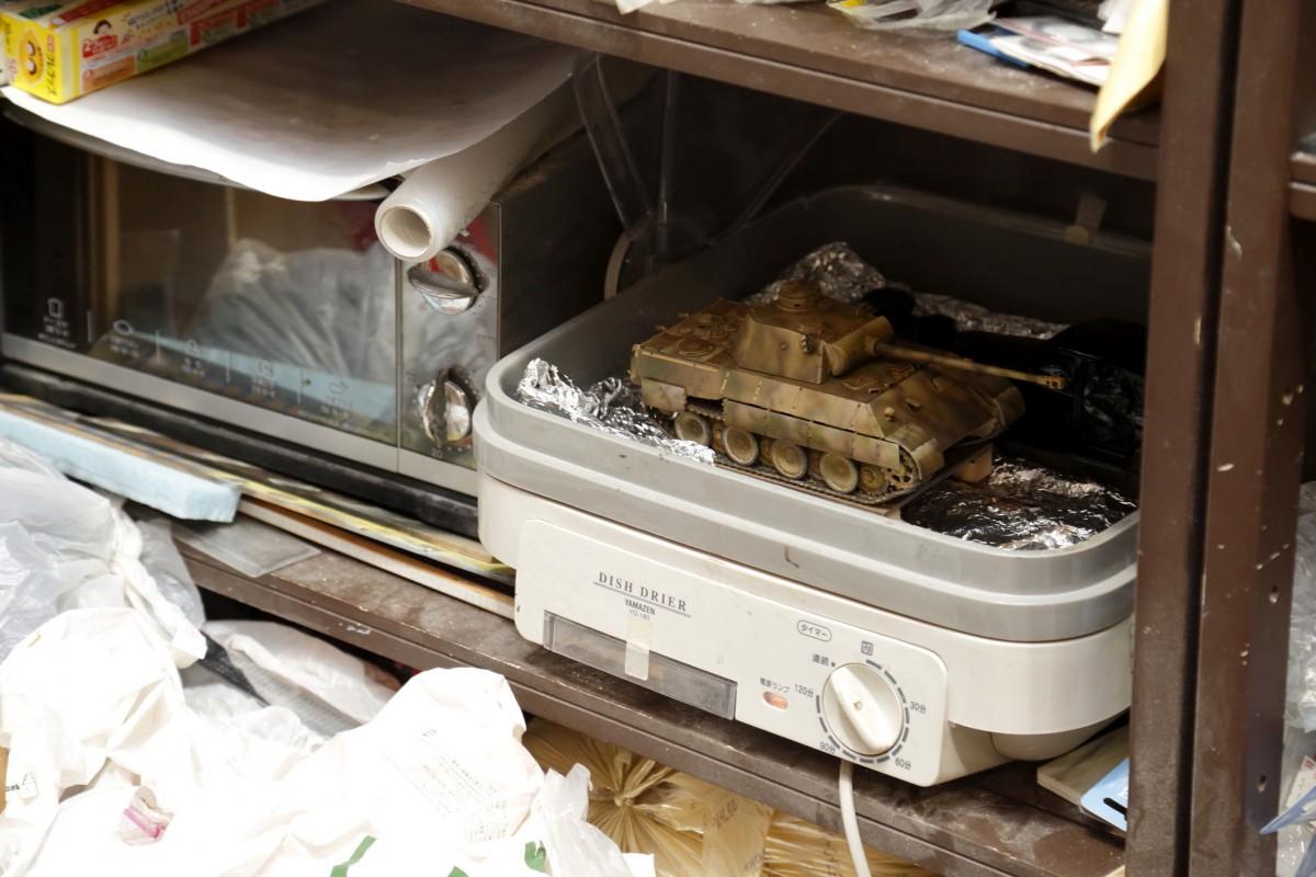 写真左がオーブン。右が食器乾燥器。一般的に売られている家庭用です(撮影場所4)