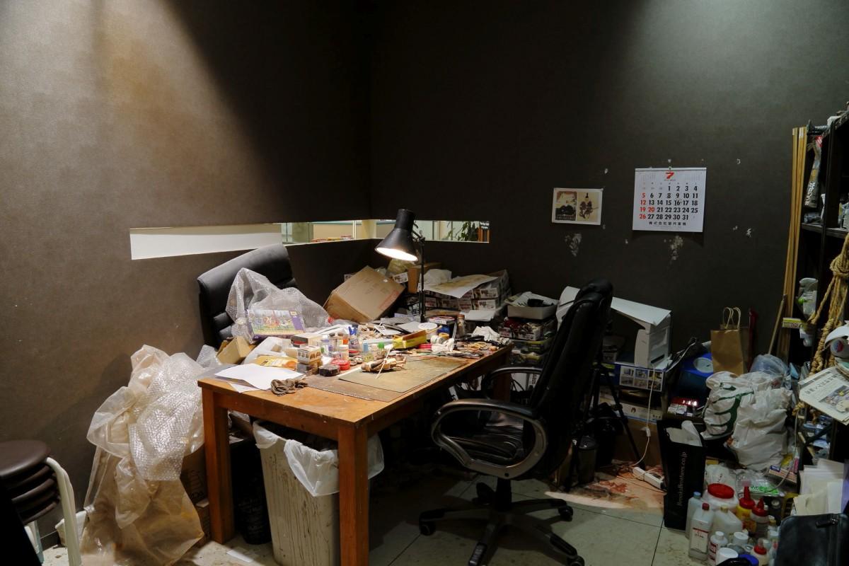 アパートのワンルームほどのスペースに道具や材料がところ狭しと置かれています。(撮影場所1)