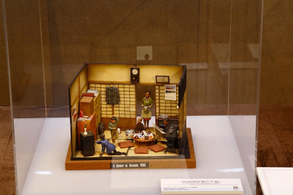 展示作品「昭和40年秋の夕食」。山田さんが得意とするノスタルジーもののジオラマ。