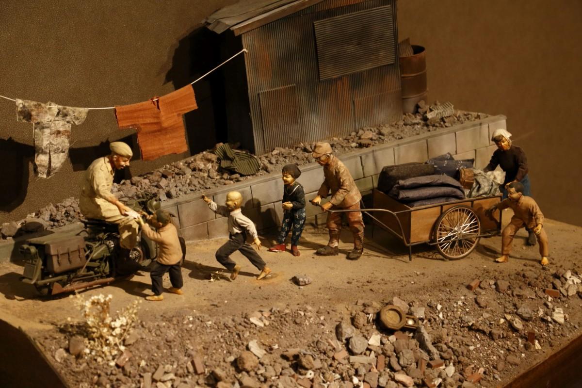 展示作品「終戦の思い出」。当時の人の様子からバイクなどの道具類までディテールが光るジオラマ。