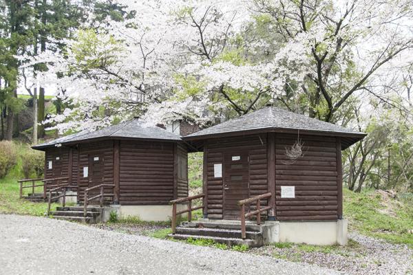 なんと、敷地内には予約制のバンガローもあり、キャンプやバーベキューを楽しむこともできます!