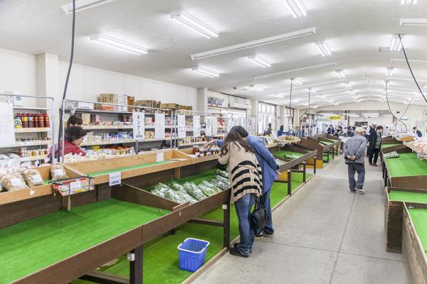 前橋産の食材を中心に、野菜、加工品、花木などが並び、いいものはドンドン売れていきます。