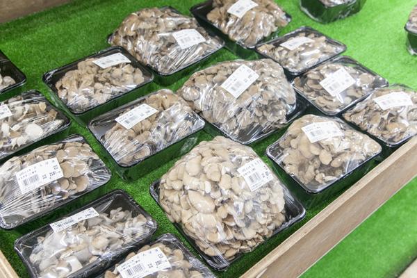 舞茸も、特大サイズで販売。これは街のスーパーでは買えない魅力ですよね!