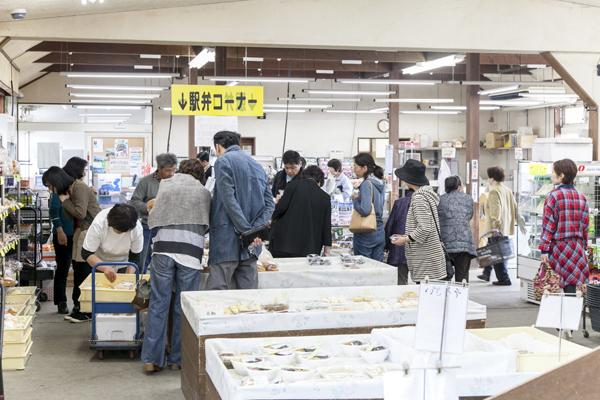 お総菜など、新しい商品が店頭に出るたび、人垣ができます。