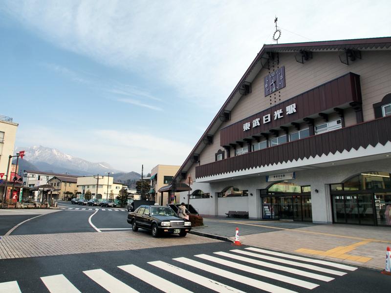 東武日光駅。海抜543mに位置し、日光の山々を望むことができます。