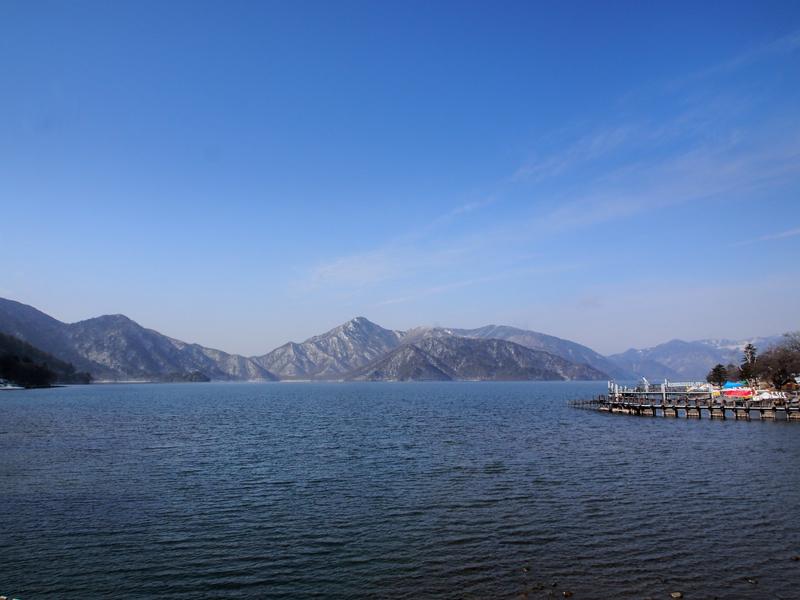 周囲約25㎞という規模を誇る中禅寺湖。日光の社寺の約2倍の高度にあたる海抜1269mに位置します。
