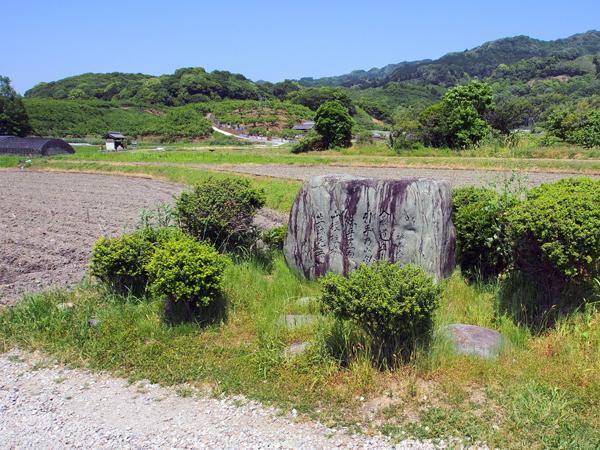 「山の辺の道」の風景。道沿いに歌人・柿本人麻呂の歌碑が建っています。