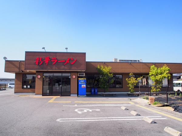 大きな店舗には広い駐車場が併設。多くの人が車やバイクで訪れていました。