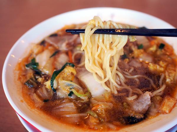 麺は縮れた中麺。昔ながらな印象です。