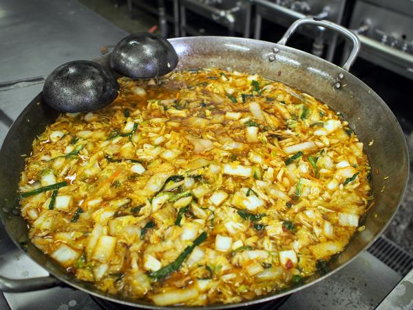 サイカラーメンの作り方は中華料理屋の手法に似ているそう。大量に仕込んでおくのは、よく中華料理屋で見られる光景。