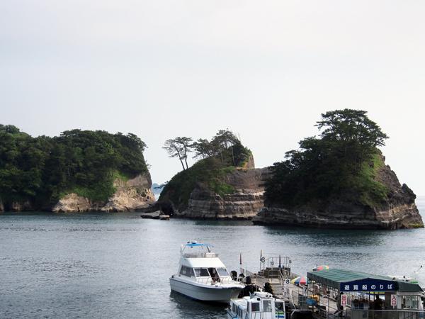 波の浸食でできた島々が点在する「堂ヶ島」。遊覧船で海から眺めることもできます。