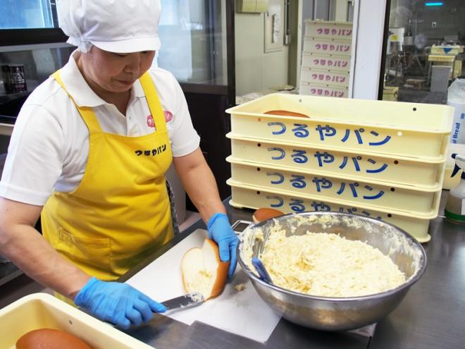 流れるようにパレットナイフをふるうのは20年以上勤めるベテラン主婦。