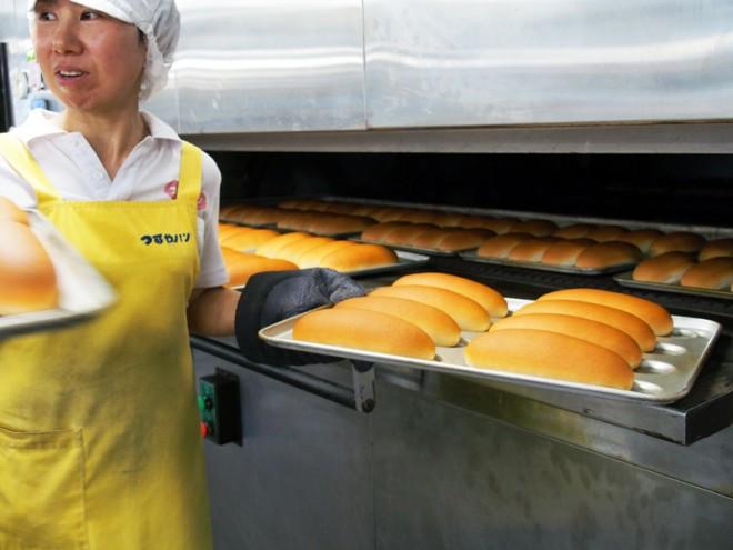 工場の窯で焼き上げたコッペパンは、つやつや光るきつね色!