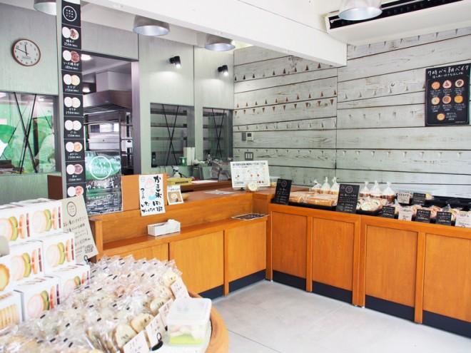 洗練された印象の店内。白い板の壁は西村さんのDIYだとか!
