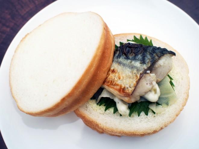 昼サンドの看板「焼サバ」。長浜名物のさばとしょうが、青しそ、タルタルソースが調和する絶品!