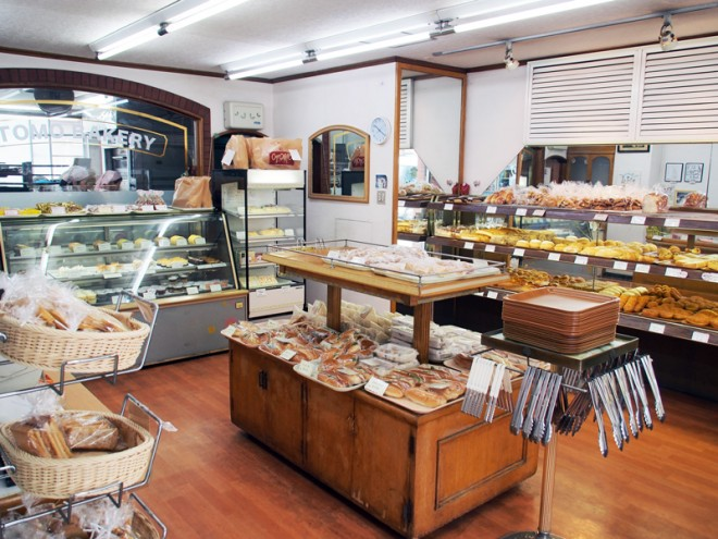 パン以外に洋菓子も販売。店内奥では職人がパン作りに勤しんでいます。