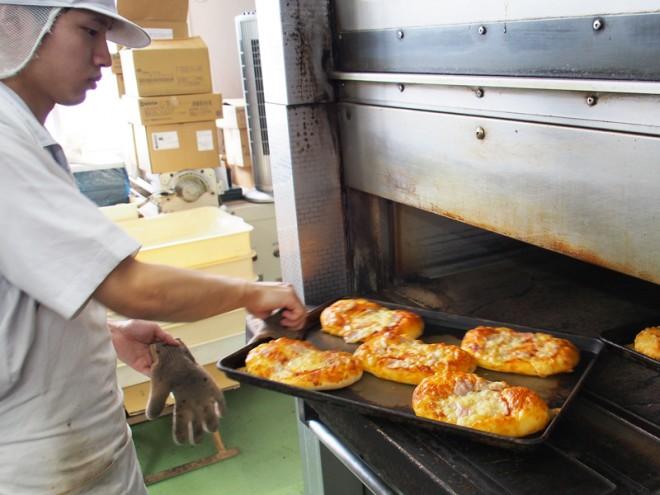 午前中から窯はノンストップで稼働。次々とパンが焼き上がります。