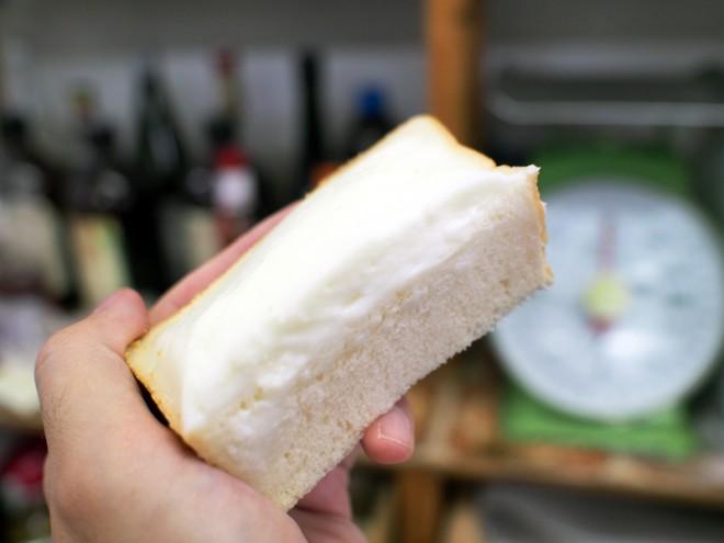 食パンに盛られるように塗られたクリーム。半分に切るとその厚さがわかります。