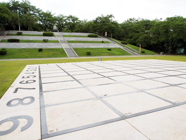 舞鶴山山頂広場。開催当日は奥の階段部分が観客席となり、盤上の熱戦を楽しめます。