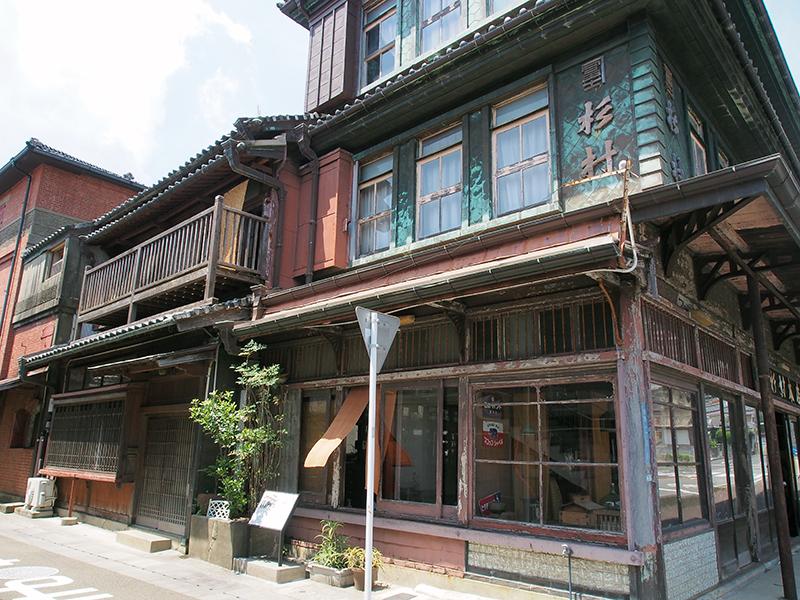 大正から昭和にかけて造られた木造やレンガの建築物も点在しています。