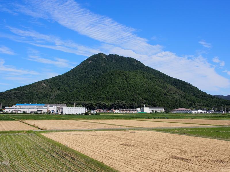 標高432メートル。俵藤太(平安時代の武将・藤原秀郷)のムカデ退治伝説が伝えられています。