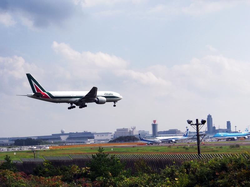 成田国際空港の滑走路には世界各国の航空機が列を成します。