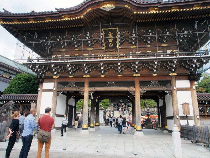 成田山新勝寺の総門。外国人観光客の姿も。