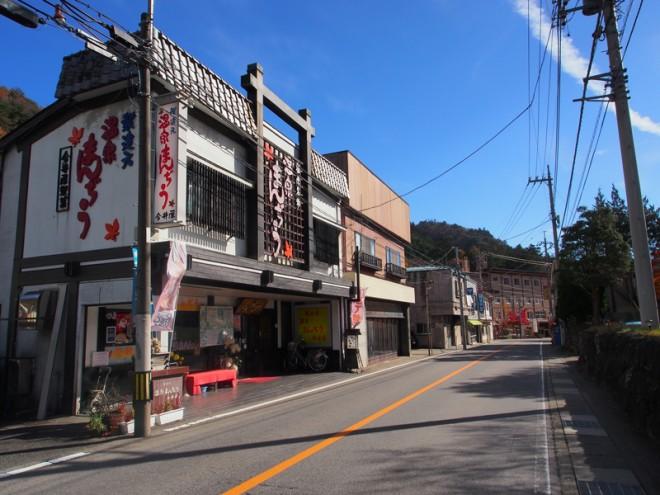 箒川沿いに伸びる街道・塩原バレーラインにみやげ店や温泉旅館が並びます。