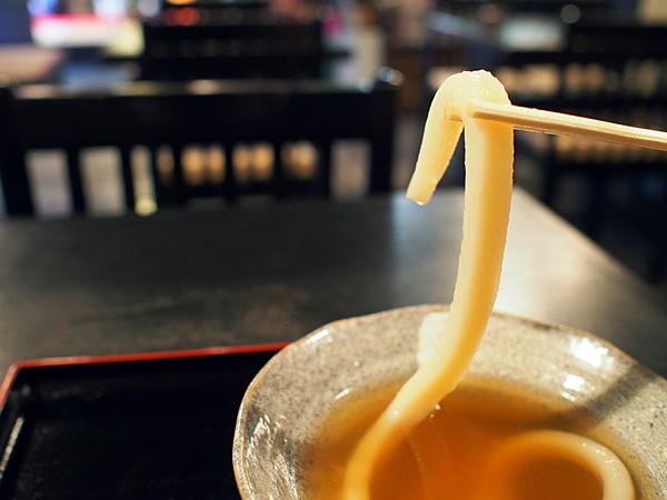 麺の太さは1センチ以上。つまむというより、持ち上げるという感じです。