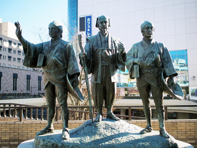 JR水戸駅北口に建つ水戸黄門御一行の像。時代劇でおなじみの姿です。