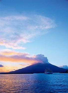錦江湾に浮かぶ桜島の夕景